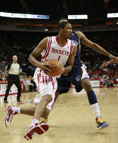 Trevor Ariza(front) of Houston Rockets breaks through during a NBA game against Memphis Grizzlies in Houston, south United States of America, March 17, 2010. (Xinhua Photo)
