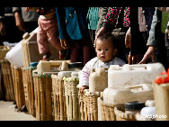 A child is lining up for drinking water in Xiaoyangchang Village, Fuyuan County of Yunnan Province, on March 12, 2010. Parts of southern China are being ravaged by a severe three-season drought. More than 20 million of people lack adequate water supplies, and millions of acres of cropland are too dry to plant.[Chinanews.com]