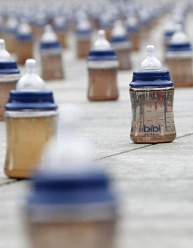 A installation of 4000 baby bottle are placed on the Swiss federal square to mark World Water Day, during an action of by relief organisation Helvetas, in Bern March 22, 2010. [Xinhua/Reuters]