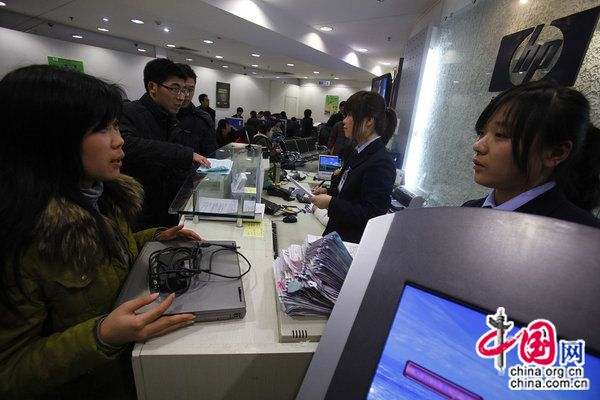 Consumers queue to get their laptops fixed at a Beijing HP post sale service centre. [CFP]
