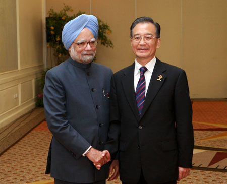 Chinese Premier Wen Jiabao (R) meets with Indian Prime Minister Manmohan Singh in Hua Hin, Thailand, on Oct. 24, 2009. Wen arrived here on Friday evening to attend the summit meetings of the Association of Southeast Asian Nations (ASEAN) with its partners. (Xinhua/Pang Xinglei)