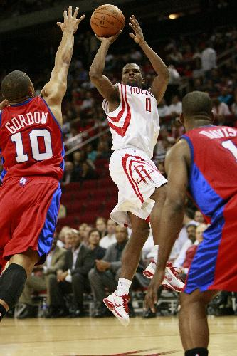 Aaron Brooks (C) of Houston Rockets shoots during a NBA match against Los Angeles Clippers in Houston, south United States of America, March 25, 2010. (Xinhua Photo)