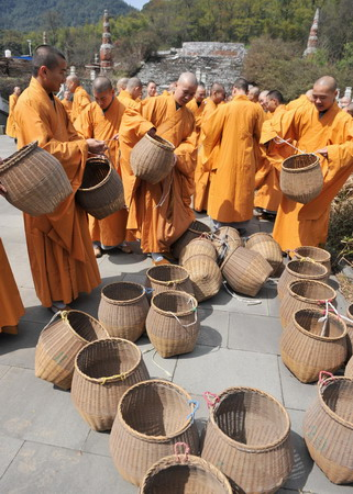 Monks prepare bamboo baskets for tea collecting on the outskirts of Hangzhou, east China's Zhejiang province March 25, 2010.[Photo/Xinhua]