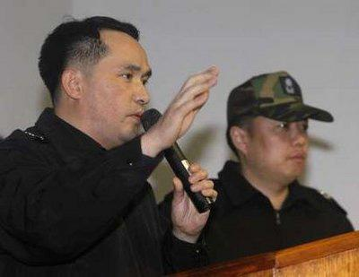 Choi Won-il (L), survived captain of the sunken ship Cheonan, speaks during a briefing for relatives of the 46 missing navy sailors, in Pyeongtaek south of Seoul March 27, 2010. [Xinhua]