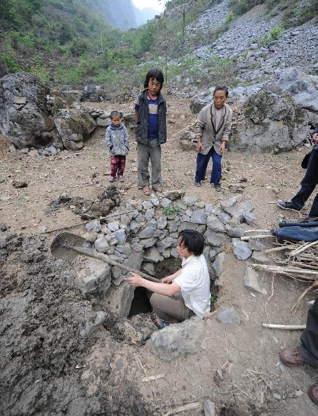 Villagers dug a well in Tian'e county of south China's Guangxi Zhuang Autonomous Region, on March 31, 2010. More than three million residents are suffering from water shortage in Guangxi which was hit by the worst drought in a century. [Xinhua]