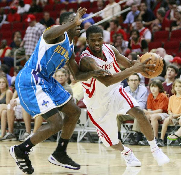 Houston Rockets' Aaron Brooks (R) breaks through past New Orleans Hornets' Darren Collison during their NBA basketball game in Houston, the United States, April 14, 2010. Hornets won by 123-115. This is the last game of the regular season for the Rockets. (Xinhua)