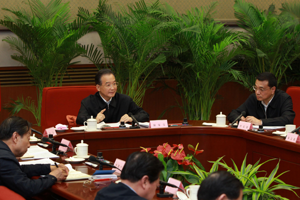 Chinese Premier Wen Jiabao (C) presides over the first meeting of the National Energy Commission of China in Beijing, April 22, 2010. Chinese Vice Premier Li Keqiang (R) also attended the meeting. (Xinhua/Pang Xinglei)