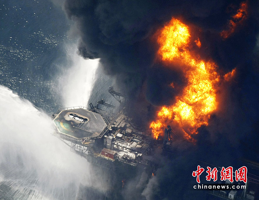 Burning oil rig sinks, oil slick spreads - China org cn