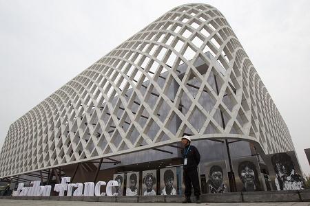 一位保安在法国国家馆门前警戒。