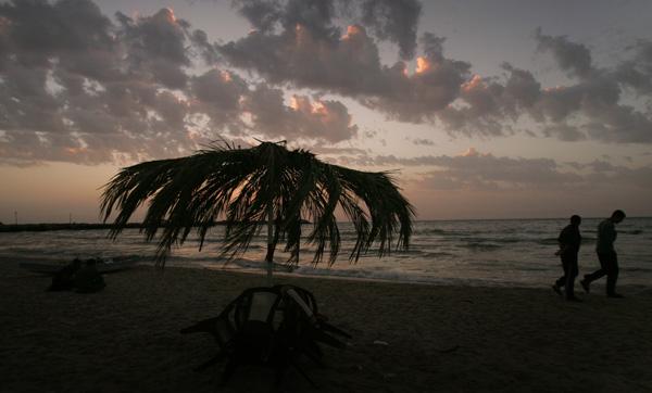 Palestinians enjoy the sunset on a beach in Gaza Strip, April 27, 2010. [Xinhua/Yasser Qudih]