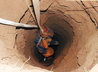 An ancient grave robber in Shandong Province is uplifted from a deep hole by the police.