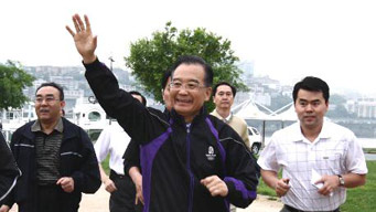 Chinese Premier Wen joins residents in morning exercises in Seoul