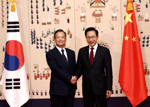 Chinese Premier Wen Jiabao (L) shakes hands with South Korean President Lee Myung-bak during their meeting in Seoul May 28, 2010. [Xinhua]