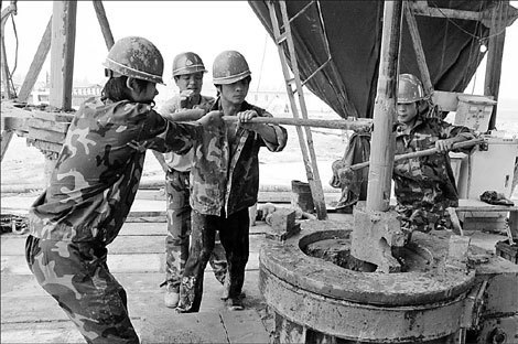 Workers drill for gas at a Sinopec base in Huaibei, Anhui province. The company is in talks with Britain's BP Plc over potentially collaborating in the exploration and development of shale gas in China.
