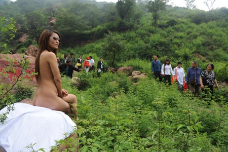 Residents of Zhengzhou, Henan Province arrive to peek at a nude model hired ...