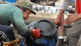 Fishermen and volunteers clear up oil in Dalian