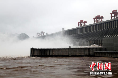 The Three Gorges reservoir is facing its biggest challenge since it began operation with a major flood building up in the upper reaches of the Yangtze River. The peak flow of the coming flood is forecast to reach 70,000 cubic meters per second in the next 2-3 days, greater than the 50,000 cubic meters per second seen during the flood of 1998.
