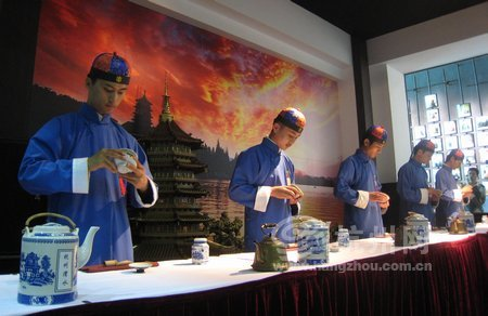 On July 26, an international communication event called 'Green Tea and Red Wine, Hangzhou and Expo' was held in the Hangzhou Pavilion, representing the merging of Chinese and Western culture.