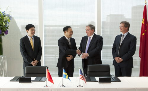 Geely Chairman Li Shufu (2nd L) and Lewis Booth (2nd L), chief finance officer of Ford, at the signing ceremony held on Aug 2, 2010 in London. [China Daily]