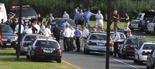 People are seen being evacuated from Hartford Distributors, Inc., in Manchester, Conn., Tuesday, Aug. 3, 2010. A shooting rampage in this brewery Tuesday claimed at least nine lives, including the shooter himself, AP reported. [Xinhua/AP Photo]