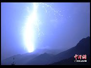 Flashes of lightning  is seen in Zhouqu County, Gansu Province on August 11, 2010. [Chinanews.com]