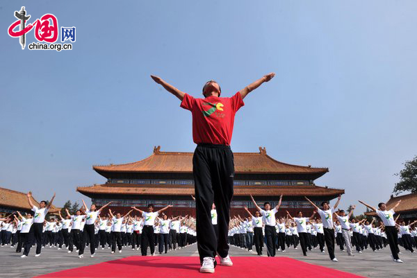 Over 3000 people do radio gymnastic exercises at Tai temple square on August 10, 2010 in Beijing, China. Starting Monday, the municipality began broadcasting daily radio music to gymnastic exercises at 10 am and 3 pm, in a fitness campaign for all. [CFP]
