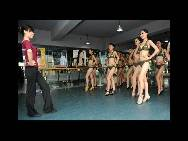'Models' who are artistic students have a body-shape building lesson for their 2011 college entrance examination. [China.org.cn / CFP]
