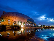 Shenzhen Poly Theater has a unique lingering charm at night. [QQ.com]