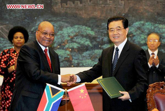 Chinese President Hu Jintao (R, front) shakes hands with South African President Jacob Zuma after signing the Beijing Declaration on establishing a 'comprehensive strategic partnership' between the two countries in Beijing, capital of China, Aug. 24, 2010. [Xinhua photo]