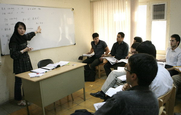 Volunteer Wang Yue from China gives lessons to Iranian students at the Confucius Institute at Tehran University on August 30, 2010. [Xinhua photo]
