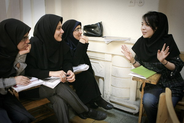 Volunteer Wang Yue from China talks with Iranian students at the Confucius Institute at Tehran University on August 30, 2010. [Xinhua photo]