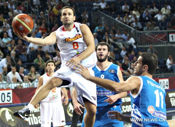 Ra鷏 Lopez (L) of Spain goes up for the basket during the eighth finals match against Greece in the 2010 FIBA Basketball World Championship in Istanbul, Turkey, Sept.4, 2010. Spain advanced to the quarterfinals by beating Greece 80-72. (Xinhua/Cai Yang)(wll)