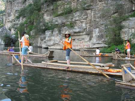 Take a bamboo raft downriver in Shidu. Photos: Song Yuanyuan