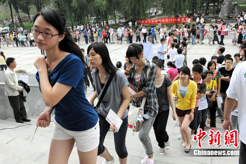 The universities in Beijing start registration of freshmen in early September. In the picture taken on September 7, students from across the country register in the Renmin University of China.