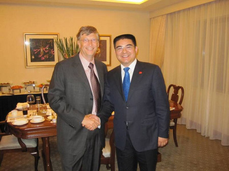 Bill Gates and Chen Guangbiao in 2009, one of the two Chinese billionaires accepting the invitation to the charity banquet.[File photo]