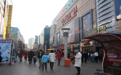Taidong Pedestrian Street, starting from Yan'an Sanlu Road to Weihai Road, has a comfortable shopping environment and rich modern atmosphere so it enjoys great popularity.