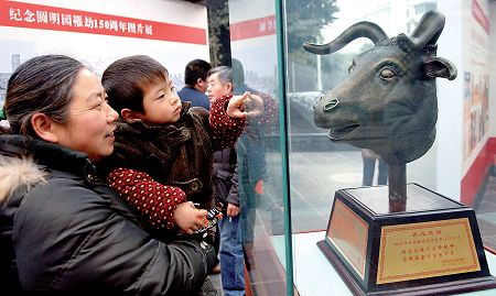 More than 100 palace pictures and cultural relics are exhibited on January 18 in Chengdu, capital city of Sichuan Province. [Photo from CFP]
