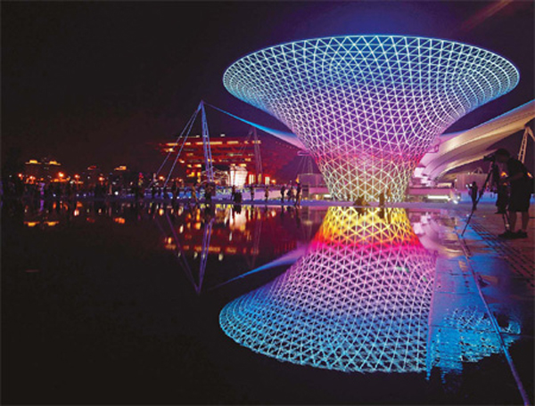 Bright lights and a full moon herald the Mid-Autumn Festival at the Expo. [Source: China Daily/Yong Kai]