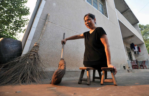 Xu Sweeps The Yard Of Her House With A Broom In Xiangtan Central Chinaapos