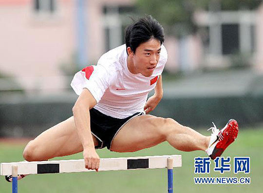 In the picture taken on October 22, Chinese hurdler Liu Xiang is in Shanghai Xinzhuang Training Base for training to prepare for the sixteenth Asian Games which will be held in Guangzhou in November.