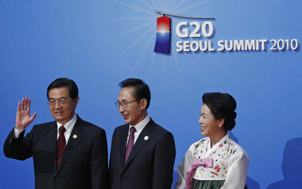 President Hu Jintao is greeted by South Korea's President Lee Myung-bak and First Lady Kim Yoon-ok at the G20 summit working dinner held on Tuesday at the National Museum of Korea in Seoul.[China Daily via agencies]
