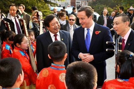 UK Prime Minister David Cameron visited Machikou primary school in suburban Beijing on Nov.10. [sina.com]