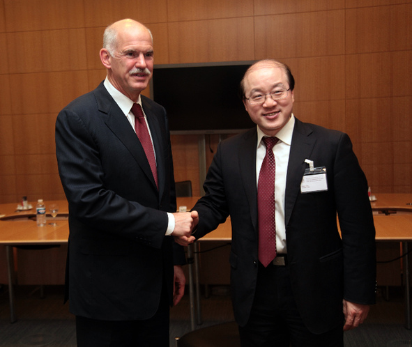 Greek Prime Minister George Papandreou shakes hands with Liu Jieyi, Chinese Assistant Minister of Foreign Affairs. [www.papandreou.gr]