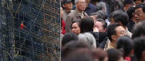 Mourners visit the scene of the fire on Wednesday.[China Daily]