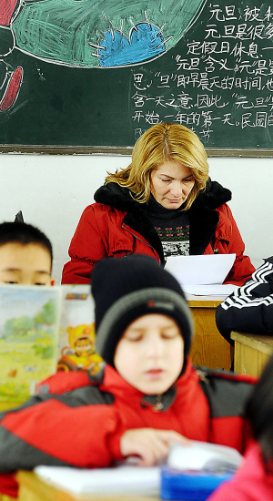 In this file photo, a Russian boy and his mother learn Chinese language in Nanjing, east China's Jiangsu Province. More and more Russians begin to enjoy Chinese food and opera, watch TV programs to learn Chinese, and travel in China in recent years.