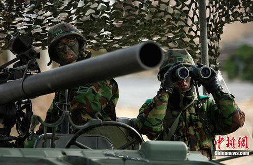 South Korean army soldiers take part in an exercise before a marines landing drill at Mallipo beach in Taean, about 170km (106 miles) southwest of Seoul, November 28, 2010. [Chinanews.com]