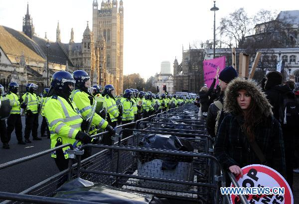 Protesters confront the police in front of the Parliament Building in London, Britain, Dec. 9, 2010.[Zeng Yi/Xinhua]
