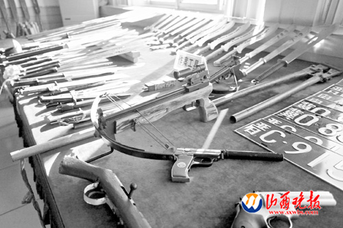 Undated photo of confiscated weapons used by Guan Jianjun's gang. [Photo/www.sxwbs.com]