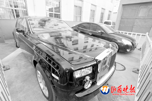 Guan Jianjun's luxury Rolls Royce Phantom parks at the courtyard of the provincial police headquarter in Shanxi. [Photo/www.sxwbs.com]