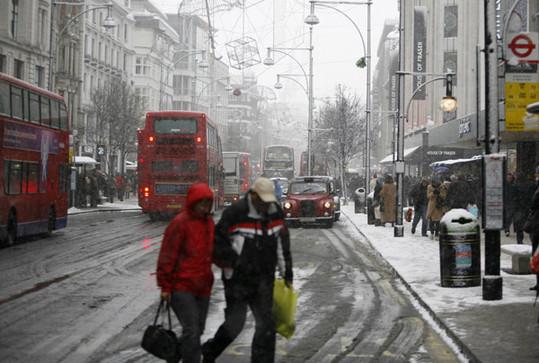 Heavy Snow Stalls Traffic At London Airports China Org Cn